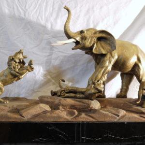 Sculpture Bronze doré lions attaquant les éléphants