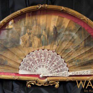 Eventail en ivoire dans un cadre vitrine en bois doré